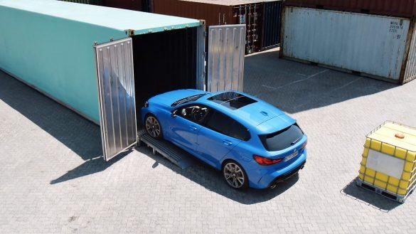 BMW 1er fährt auf Rampe in Container