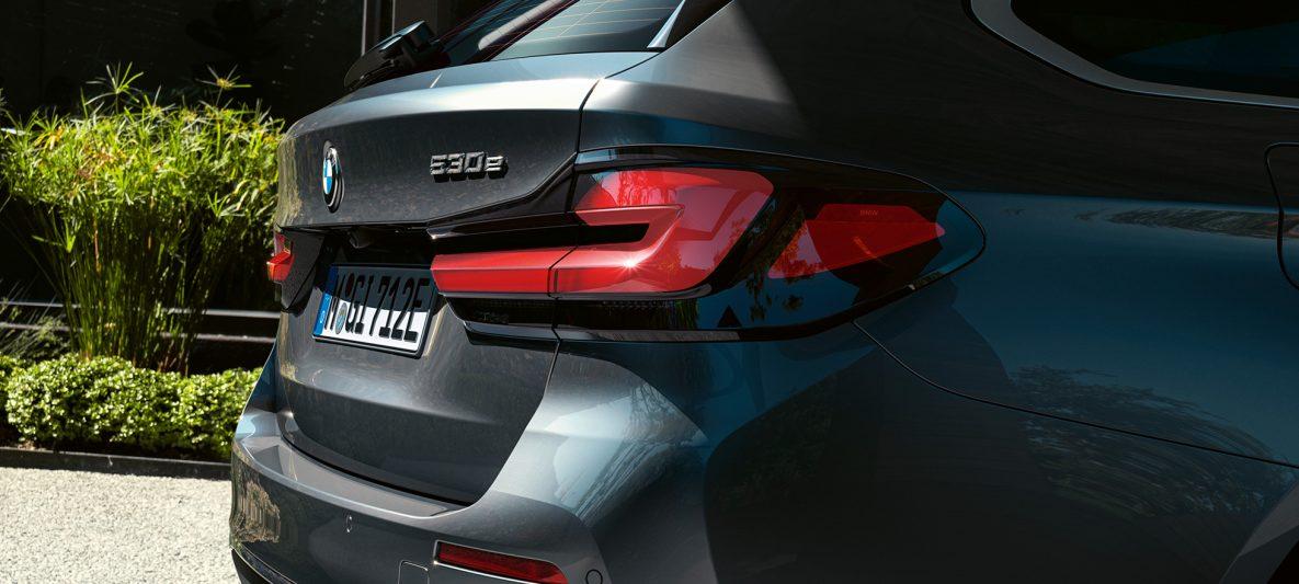 Rückleuchten in 3-D-Form BMW 5er Touring G31 Facelift 2020 Sophistograu Nahaufnahme Heck