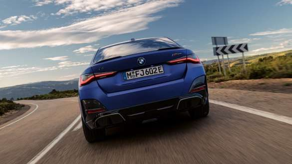 Adaptives M Fahrwerk BMW i4 M50 G26 2021 BMW Individual Frozen Portimao Blau Nahaufnahme seitliche Front