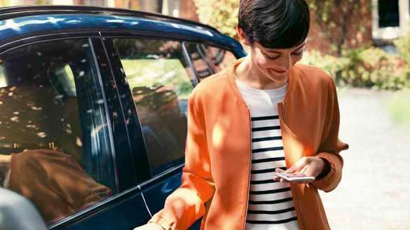 BMW Servicemitarbeiter begrüßt Kunden
